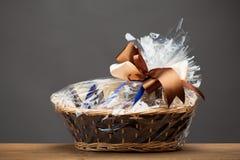 Regalo en una cesta Imagen de archivo libre de regalías