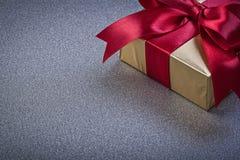 Regalo encajonado envuelto en concep gris de los días de fiesta de la vista delantera del fondo fotografía de archivo libre de regalías