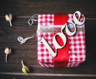 Regalo encantador para el día de tarjeta del día de San Valentín Diseñado en estilo rústico Imágenes de archivo libres de regalías