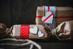 Regalo encantador para el día de tarjeta del día de San Valentín Diseñado en estilo rústico Imagen de archivo libre de regalías