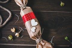 Regalo encantador para el día de tarjeta del día de San Valentín Diseñado en estilo rústico Imagen de archivo