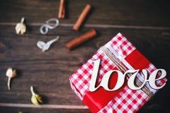Regalo encantador para el día de tarjeta del día de San Valentín Diseñado en estilo rústico Fotografía de archivo