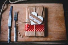 Regalo encantador para el día de tarjeta del día de San Valentín en a Fotos de archivo libres de regalías