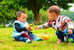 Regalo entre la amistad de la niñez de los niños Imágenes de archivo libres de regalías