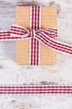 Regalo envuelto en la cinta de papel y decorativa reciclada, decoración para el día de tarjetas del día de San Valentín Fotos de archivo libres de regalías