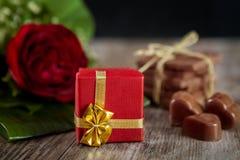 Regalo envuelto tarjeta del día de San Valentín fotografía de archivo libre de regalías
