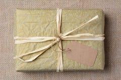 Regalo envuelto tejido del oro Foto de archivo libre de regalías
