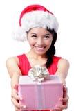 Regalo feliz de la explotación agrícola de la muchacha de la Navidad Foto de archivo libre de regalías