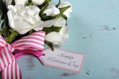Regalo feliz del día de madres del ramo de las rosas blancas con el espacio de la copia Foto de archivo libre de regalías