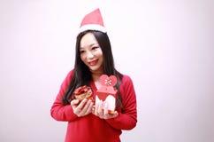 Regalo feliz hermoso de la Navidad de la muchacha Fotos de archivo libres de regalías