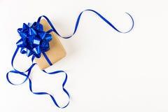 Regalo festivo con el arco azul en el fondo blanco Imagen de archivo libre de regalías