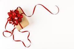 Regalo festivo con el arco rojo en el fondo blanco Imagen de archivo libre de regalías