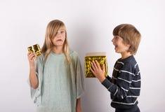 Regalo grande y pequeño regalo - hermanos con con las actuales cajas en di Foto de archivo