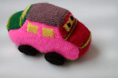 Regalo hecho a mano para los niños, coche de bebé de punto Fotos de archivo