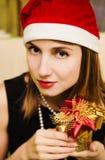 Regalo hermoso de la Navidad del control de la muchacha Fotos de archivo libres de regalías