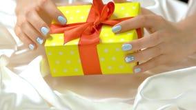Regalo hermoso y manos femeninas almacen de video