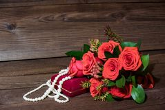 Regalo il giorno del ` s del biglietto di S. Valentino del san su fondo di legno immagini stock libere da diritti