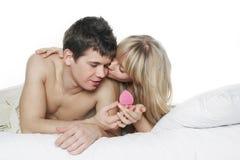 Regalo joven de los pares y de la tarjeta del día de San Valentín Imagen de archivo libre de regalías