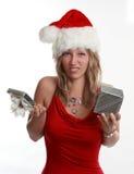 Regalo lindo de Navidad de la explotación agrícola de la muchacha imagen de archivo libre de regalías