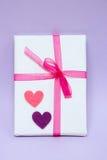 Regalo lleno con el pequeño corazón en fondo de la violeta de f Visión superior Fotos de archivo libres de regalías