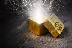 Regalo magico con i raggi e le scintille Fotografie Stock Libere da Diritti