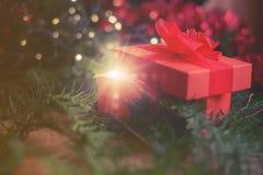 Regalo magico di Natale sotto l'albero Fotografia Stock Libera da Diritti