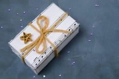 Regalo musical para la Navidad, el Año Nuevo o el cumpleaños Atado en un arco con un asterisco imágenes de archivo libres de regalías