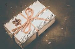 Regalo musical para la Navidad, el Año Nuevo o el cumpleaños Atado en un arco con un asterisco imagen de archivo libre de regalías