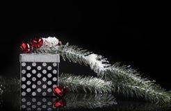 Regalo negro de plata de la Navidad Imagen de archivo