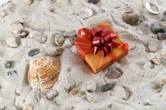Regalo nella sabbia con il seashell fotografia stock libera da diritti