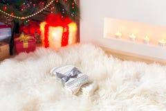 Regalo-nuevos calcetines calientes hechos punto de lana envueltos de la Navidad en suavidad ella Fotografía de archivo libre de regalías