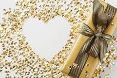 Regalo o actual corazón del caja y de oro de las lentejuelas en la opinión de sobremesa Composición plana de la endecha para la N Imagen de archivo libre de regalías