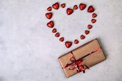 Regalo o presente e forma del cuore, giorno di biglietti di S. Valentino fotografie stock libere da diritti