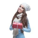 Regalo ocasional sonriente de la Navidad de la explotación agrícola de la muchacha del invierno Foto de archivo libre de regalías