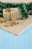 Regalo, palle dell'oro sul panno del fondo Fotografia Stock Libera da Diritti
