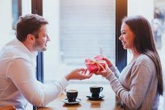 Regalo para el día de tarjetas del día de San Valentín, el cumpleaños o el aniversario - par Imagen de archivo libre de regalías
