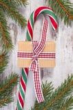 Regalo para la Navidad o tarjetas del día de San Valentín, bastón de caramelo y ramas spruce Imagen de archivo
