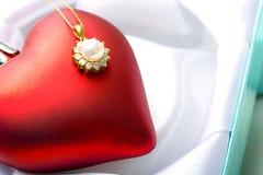Regalo pendiente del día de tarjeta del día de San Valentín de la perla de la joyería en corazón Fotografía de archivo libre de regalías