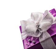 Regalo porpora del biglietto di S. Valentino o di Natale con il nastro d'argento Fotografia Stock