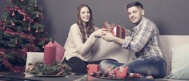 Regalo que da en casa en la Navidad fotos de archivo libres de regalías