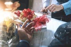 Regalo que da la mano creativa usando choosi elegante del teléfono y del trabajador del co Imágenes de archivo libres de regalías