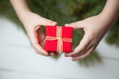 Regalo que da a mano Año Nuevo Imágenes de archivo libres de regalías