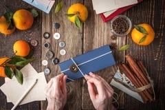 Regalo que empaqueta en la tabla de madera horizontal Imágenes de archivo libres de regalías