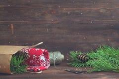 Regalo que empaqueta por la Navidad y el Año Nuevo en el fondo de madera Conos y tijeras del vintage Toalla de cocina Imágenes de archivo libres de regalías