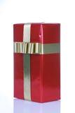 Regalo rojo con las cintas del oro Foto de archivo libre de regalías
