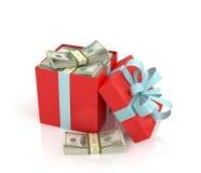 Regalo rojo con los paquetes de cientos billetes de dólar con la cinta Foto de archivo