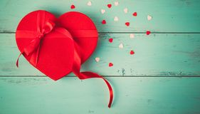 Regalo rojo del corazón de las tarjetas del día de San Valentín con los caramelos Imagen de archivo