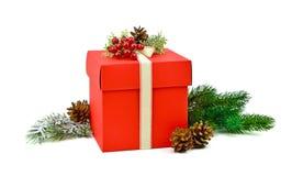 Regalo rojo hecho a mano con las bayas y las ramas de árbol de navidad Chri fotografía de archivo