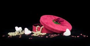 Regalo romántico de corazones y de perlas para alguien especial Fotos de archivo