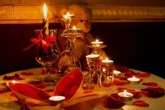 Regalo romántico para los amores con las velas, Teddy Bear y las rosas, concepto del amor, tono caliente Fotos de archivo libres de regalías
